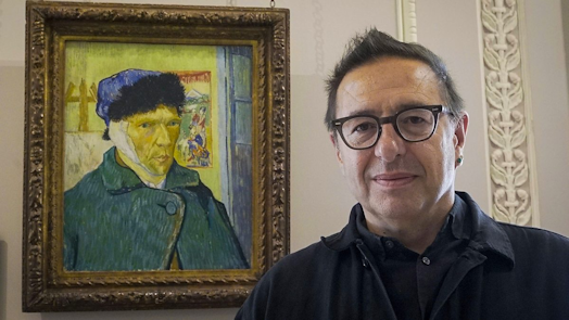 Art critic Waldemar Januszczak in front of Van Gogh's self portrait